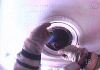 Космонавт помыл снаружи «окно» МКС инвентарем собственной разработки
